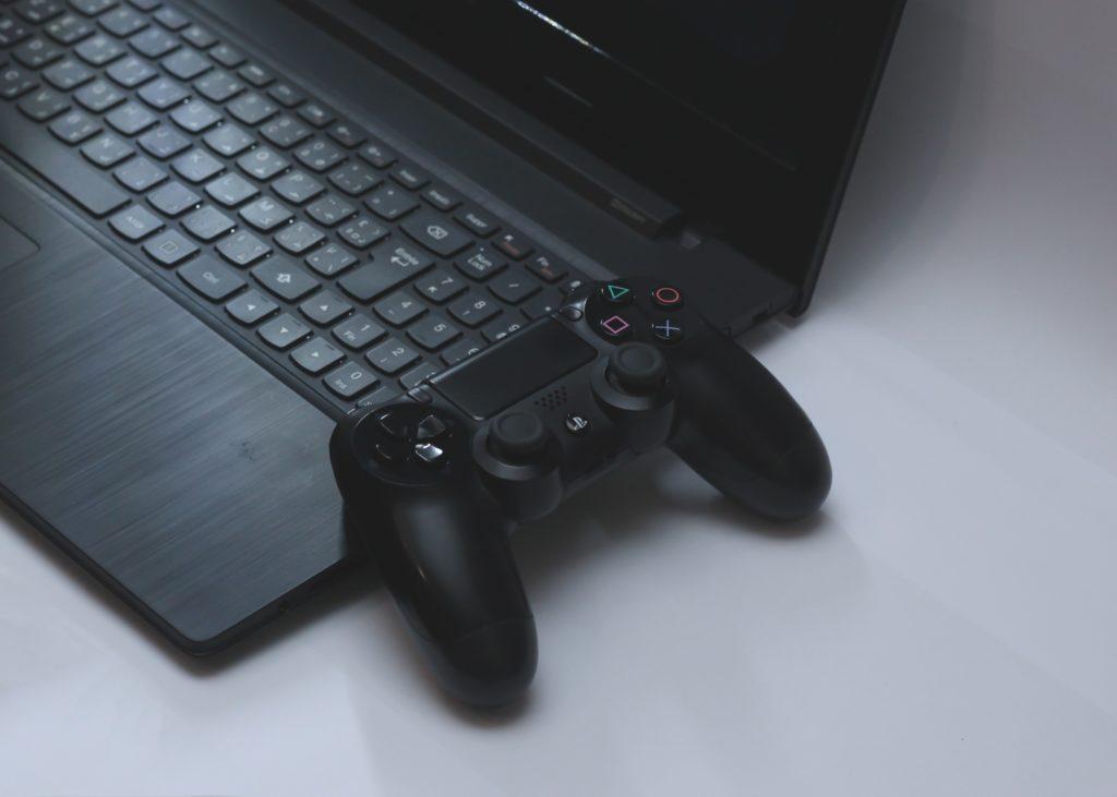 노트북과 게임 컨트롤러